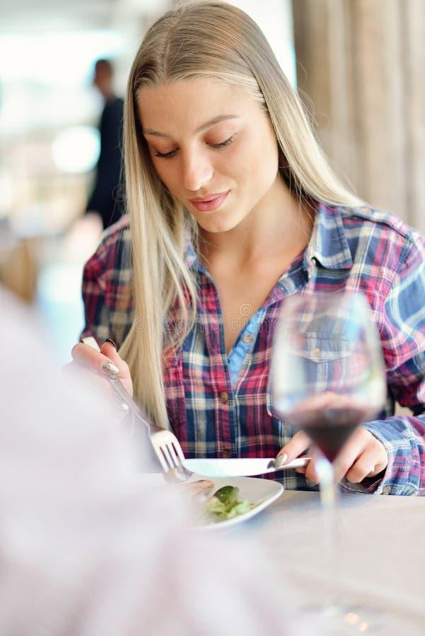 Romantisk lunch i en utsmyckad restaurang parsammanträde och äta på lunchtid arkivbilder