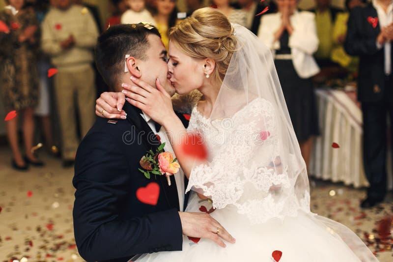 Romantisk lycklig elegant brudgum i svart dräkt och härlig vit D fotografering för bildbyråer
