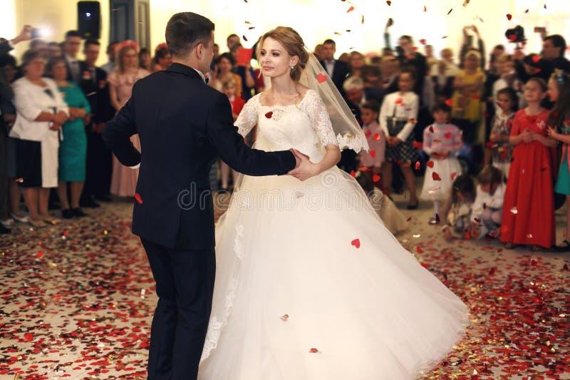 Romantisk lycklig elegant brudgum i svart dräkt och härlig vit D royaltyfria bilder