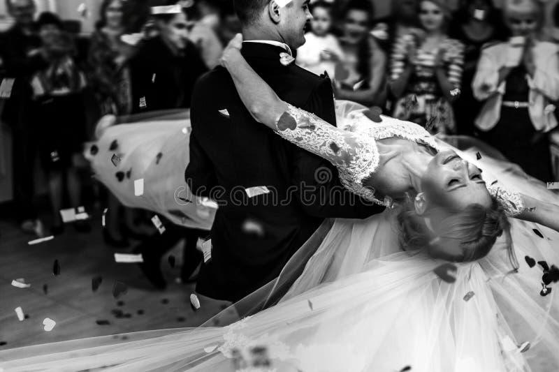 Romantisk lycklig elegant brudgum i svart dräkt och härlig vit D royaltyfri bild