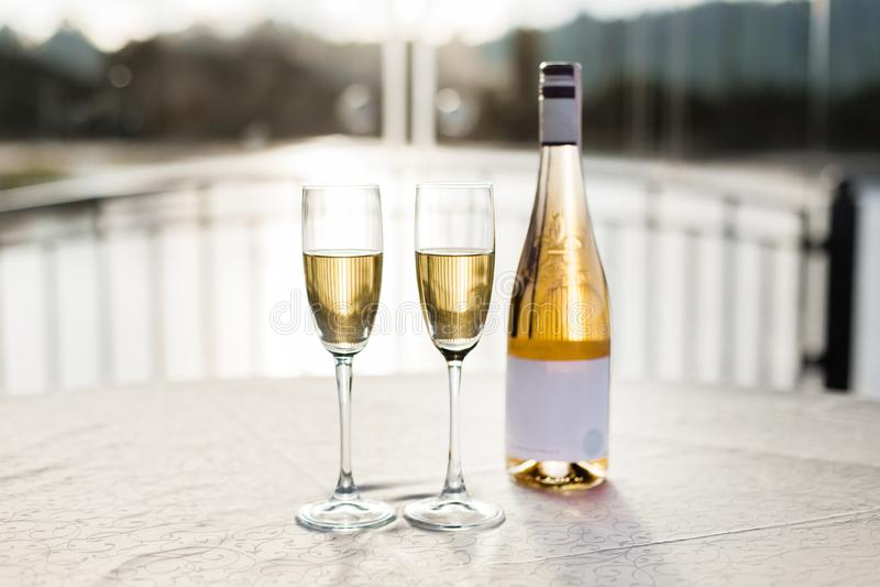 Romantisk lyxig afton med parexponeringsglas av champagne och flaskan arkivbild