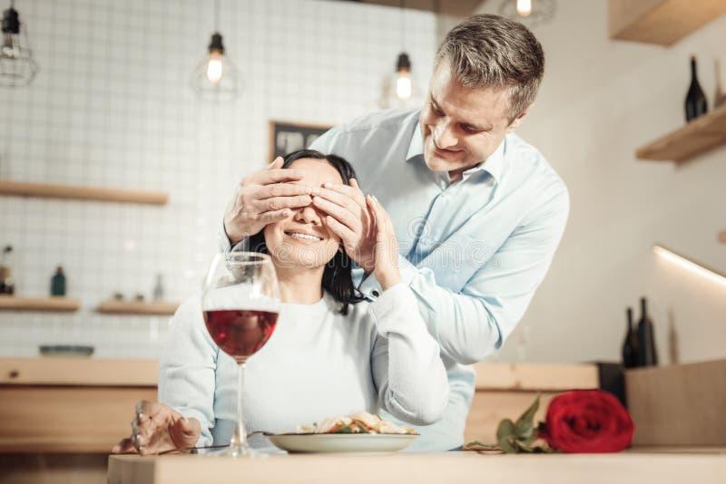 Romantisk man som förbereder matställen till kvinnan royaltyfria foton