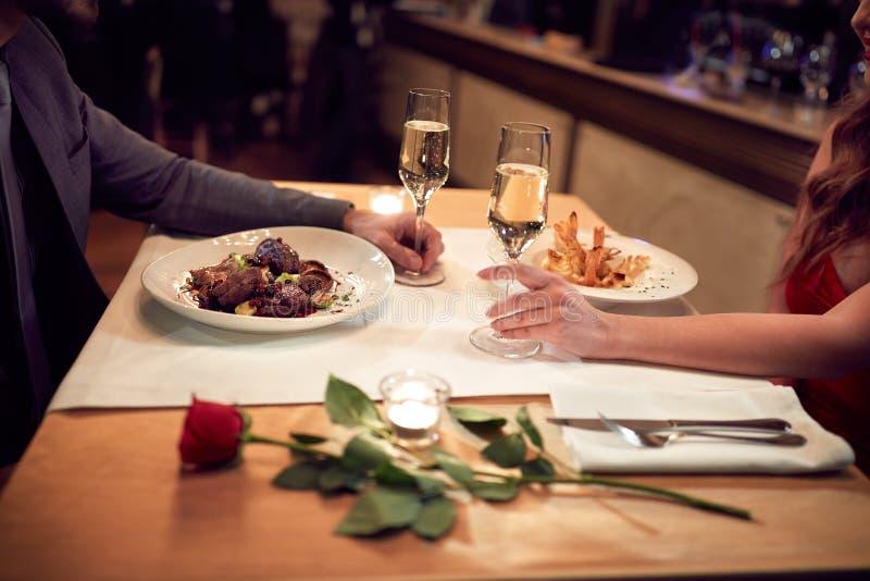 Romantisk matställe för par-begrepp arkivfoton