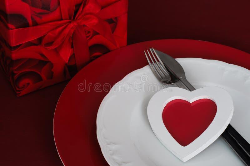 Romantisk matställeinställning med gåvaasken arkivfoton