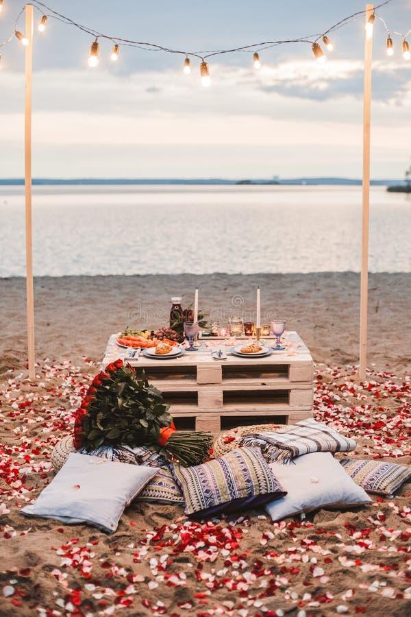 Romantisk matst?lle p? strandbegreppet fotografering för bildbyråer