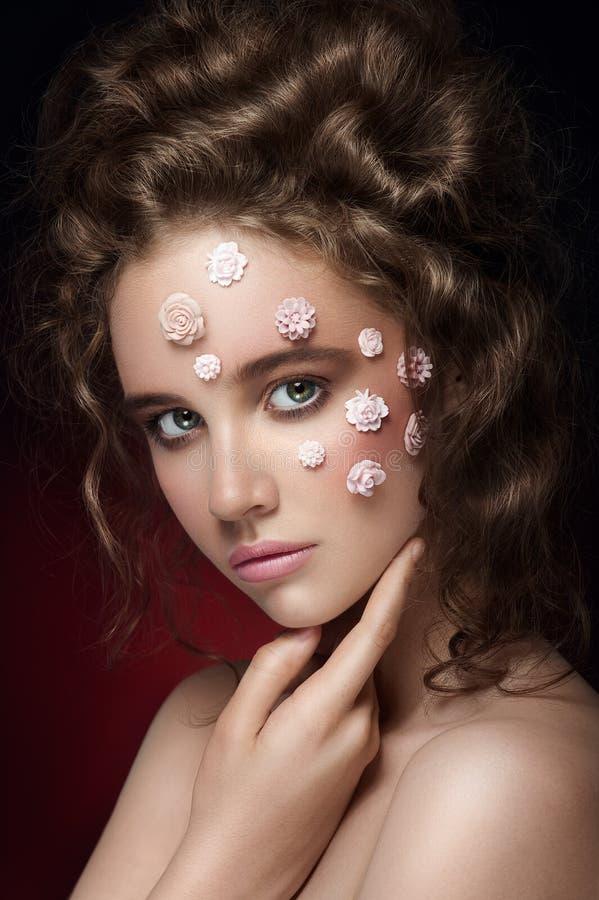 Romantisk näck ung härlig flicka med vita blommor på henne framsida fotografering för bildbyråer