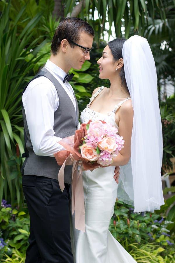 Romantisk parbrudgum och brud i trädgården arkivfoto