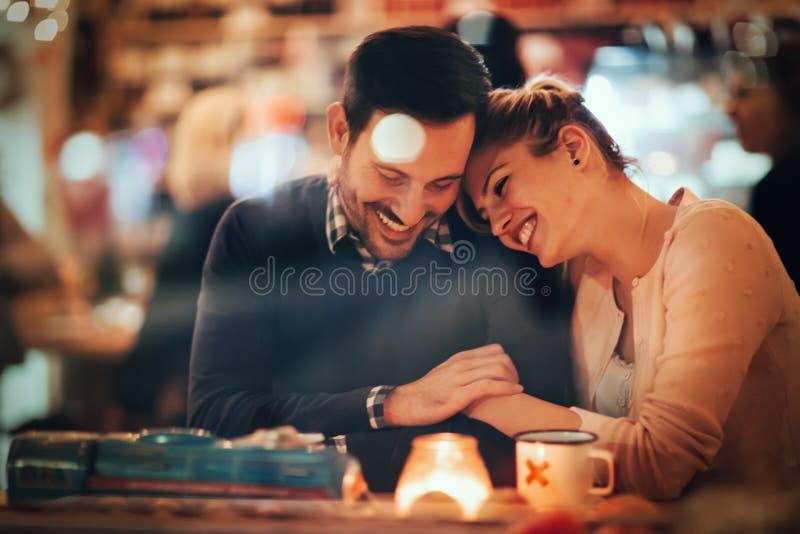 Romantisk pardatummärkning i bar royaltyfri fotografi