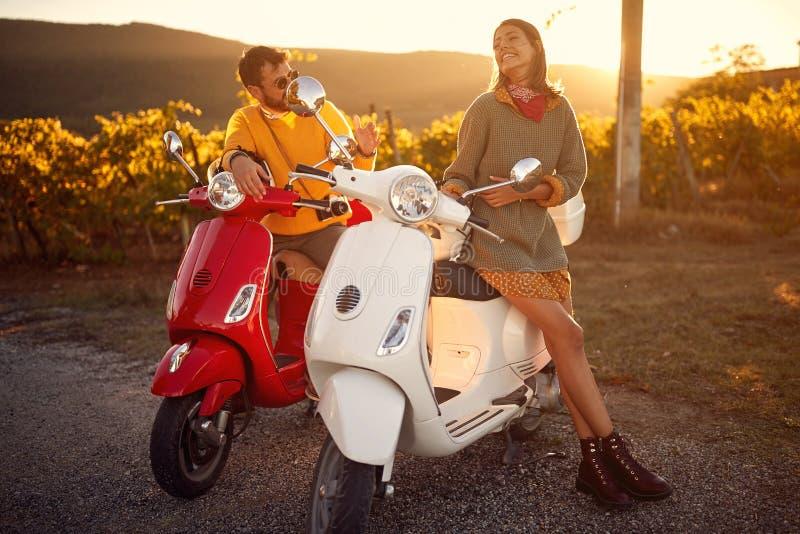 Romantisk parridning p? en sparkcykel i europeiskt arkivfoto