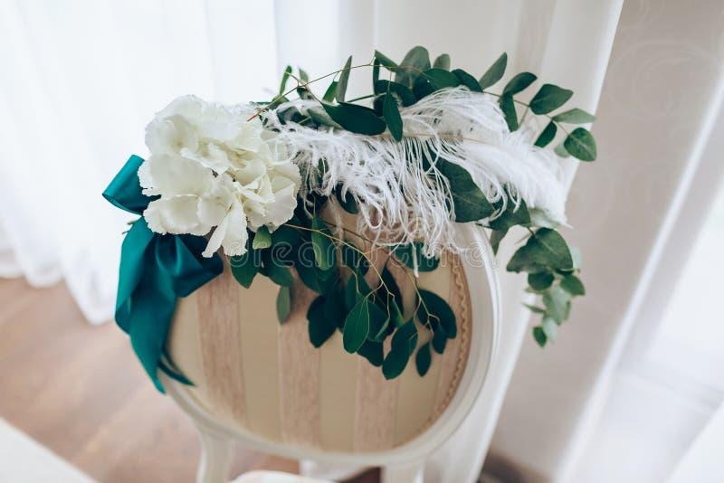 Romantisk sammansättning med rosor och fjäder på stol tillbaka Närbild royaltyfria foton
