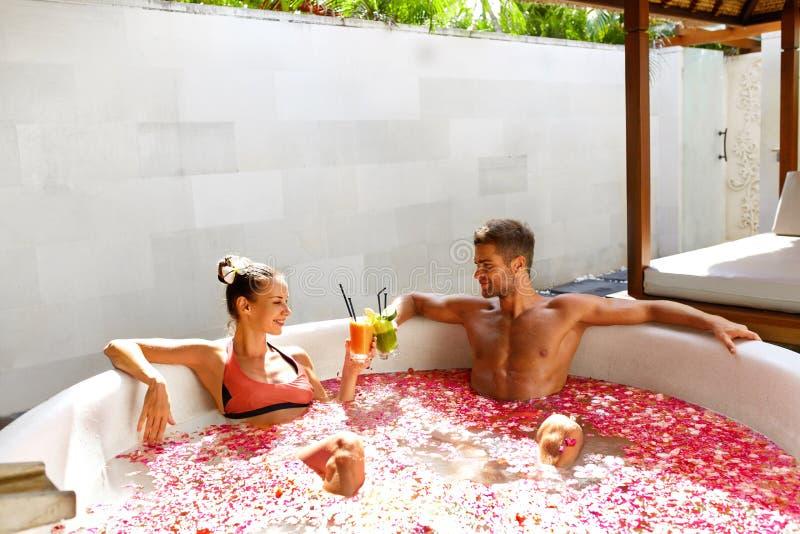 romantisk semester Förälskat koppla av för par på Spa med coctailar royaltyfri foto