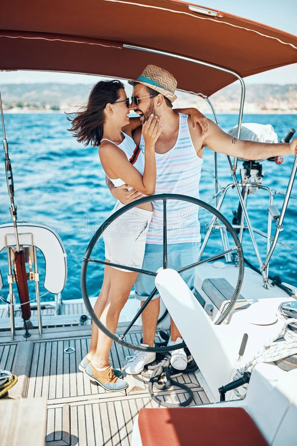 Romantisk semester och lyxigt lopp Koppla ihop på en segelbåt arkivbilder
