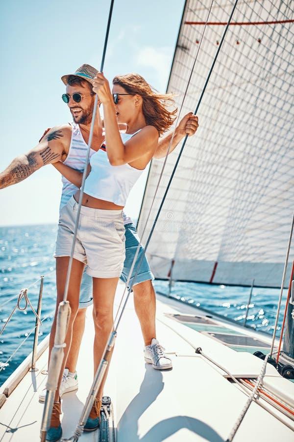 Romantisk semester och lyxigt lopp Par p? yachten arkivfoto