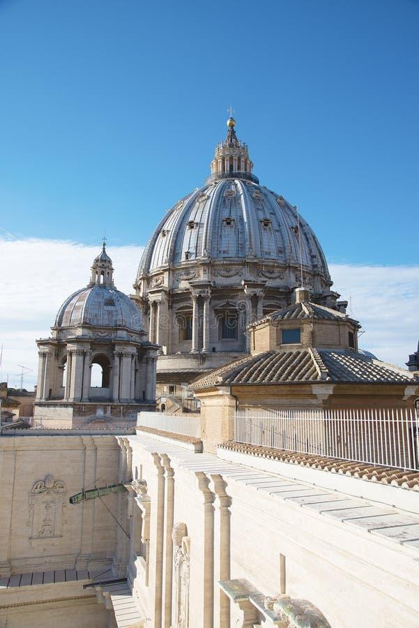 Romantisk sikt på kupolen av Stets Peter Vaticanen för gränsmärke för basilika den berömda romerska rome italy royaltyfria foton