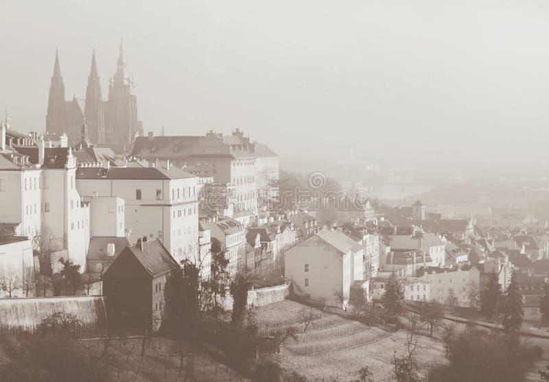 Romantisk sikt på Praga från över Sepia tonat kort i retro stil för tappning royaltyfri bild