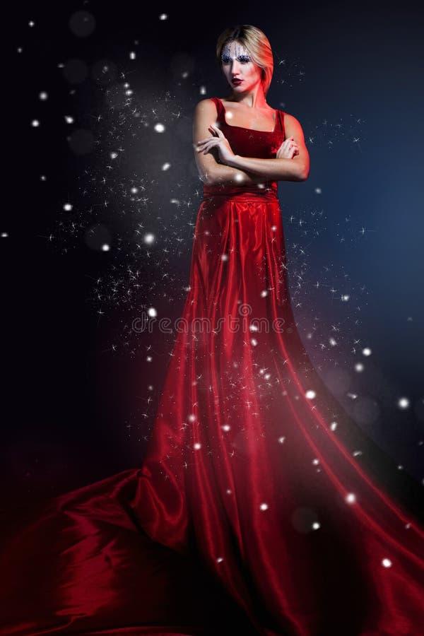 Romantisk skönhetkvinna i elegant röd klänning. Yrkesmässig makeup royaltyfria foton