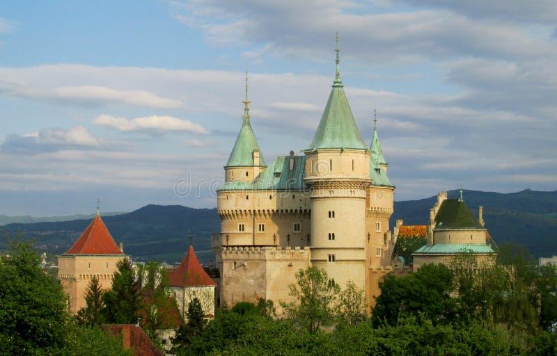 Romantisk slott med torn royaltyfri foto