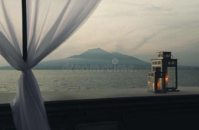 Romantisk solnedgång, sikt från terrass på havet arkivfoton