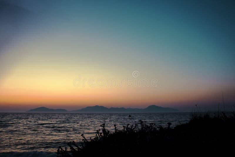 Romantisk solnedgång vid havet arkivbild