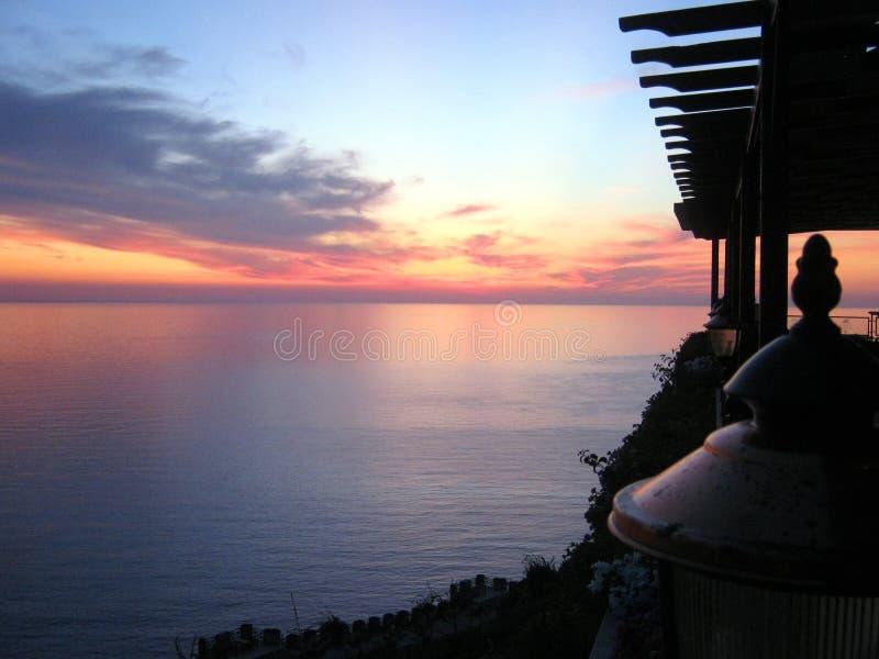 Romantisk solnedgångsikt av havet royaltyfri fotografi