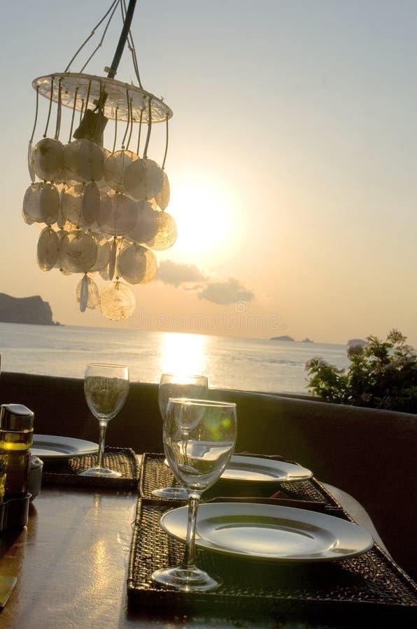 romantisk solnedgångtabell för matställe arkivbild