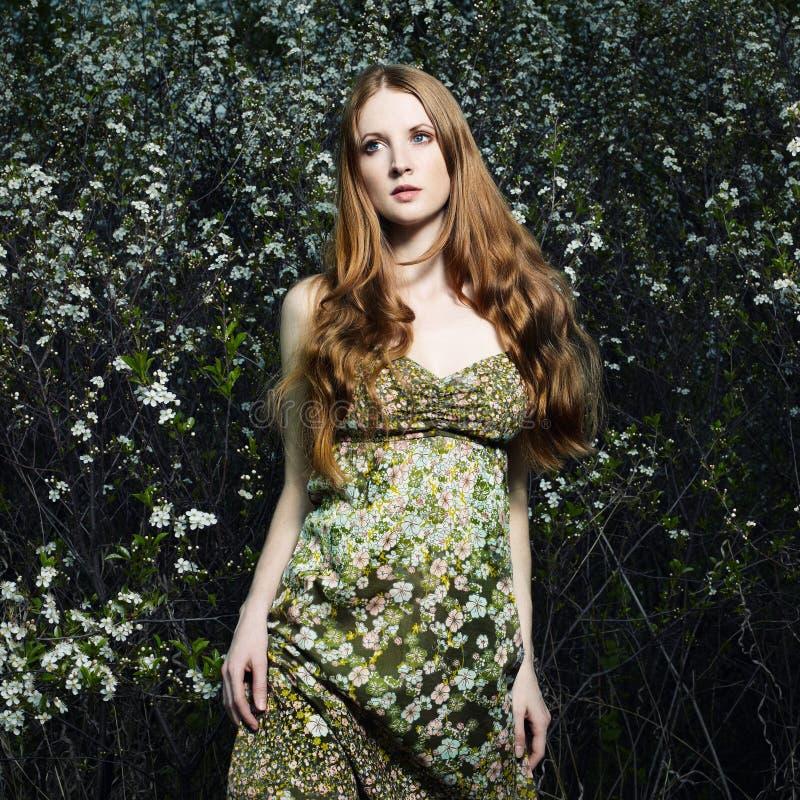romantisk sommarkvinna för trädgårds- stående royaltyfria foton
