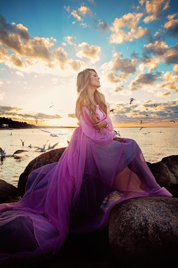 Romantisk stående av den perfekta modemodellen Woman arkivfoton
