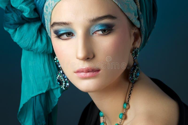 Romantisk stående av den unga kvinnan i en turkosturban royaltyfri fotografi