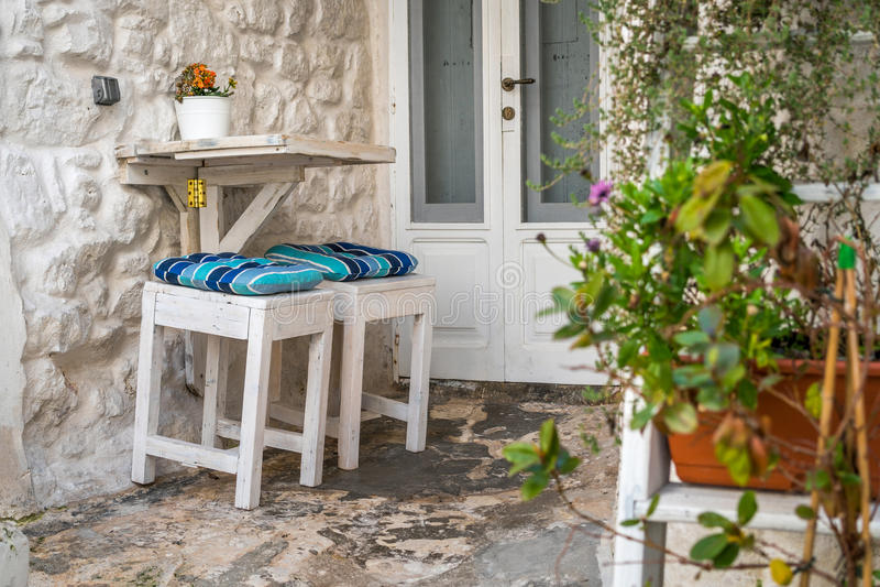 Romantisk stads- tabell och stolar för två arkivfoton