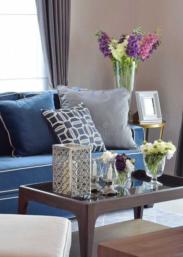 Romantisk stearinljusuppsättning med beiga och blå modern klassisk soffa i vardagsrum arkivfoton