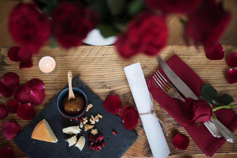 Romantisk stilleben för en valentindagmatställe arkivbilder