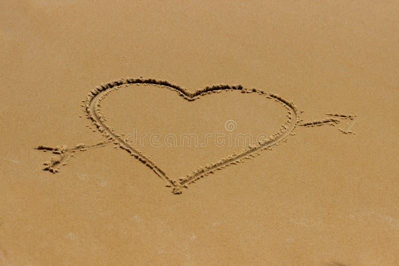 Romantisk strand f?r f?r?lskelsehj?rta arkivfoton