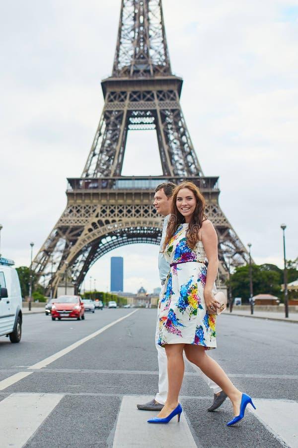 Romantiska älska par som har ett datum nära Eiffeltorn royaltyfria foton