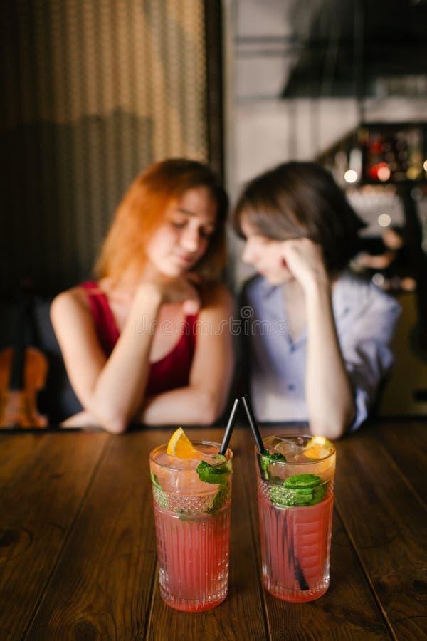 Romantiska drinkar för anbud för datumbarnpar royaltyfri fotografi