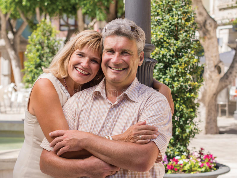 Romantiska le mogna sunda romantiska medelåldersa par fotografering för bildbyråer