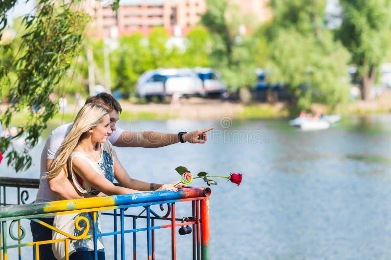 Romantiska lyckliga par i sommaren parkerar royaltyfri foto