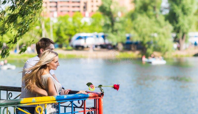 Romantiska lyckliga par i sommaren parkerar royaltyfria bilder