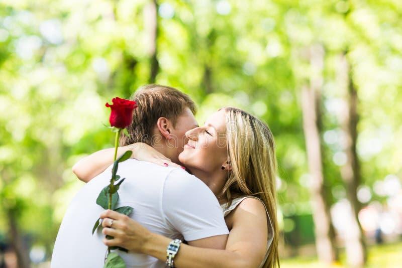 Romantiska lyckliga par som är förälskade på naturen Mannen och kvinnan som kysser i sommar, parkerar royaltyfri bild