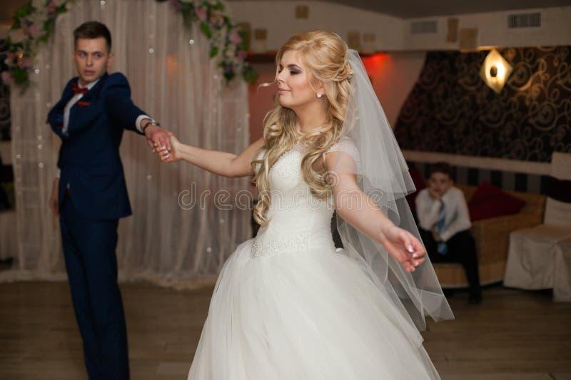 Romantiska par av för nygifta personer den eleganta dansen först på brölloprece royaltyfria bilder