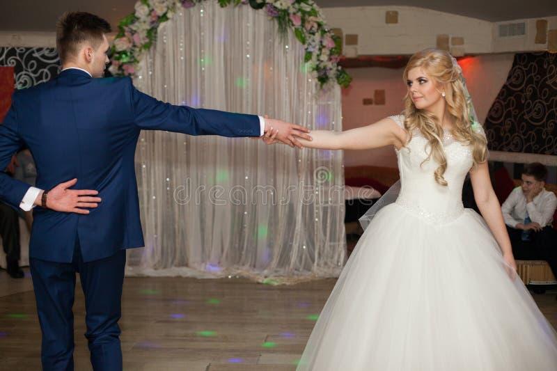 Romantiska par av för nygifta personer den eleganta dansen först på brölloprece royaltyfri bild