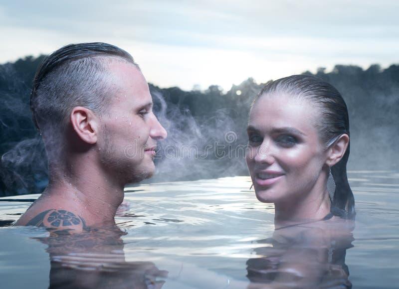 Romantiska par bara i varm utomhus- pöl arkivfoton