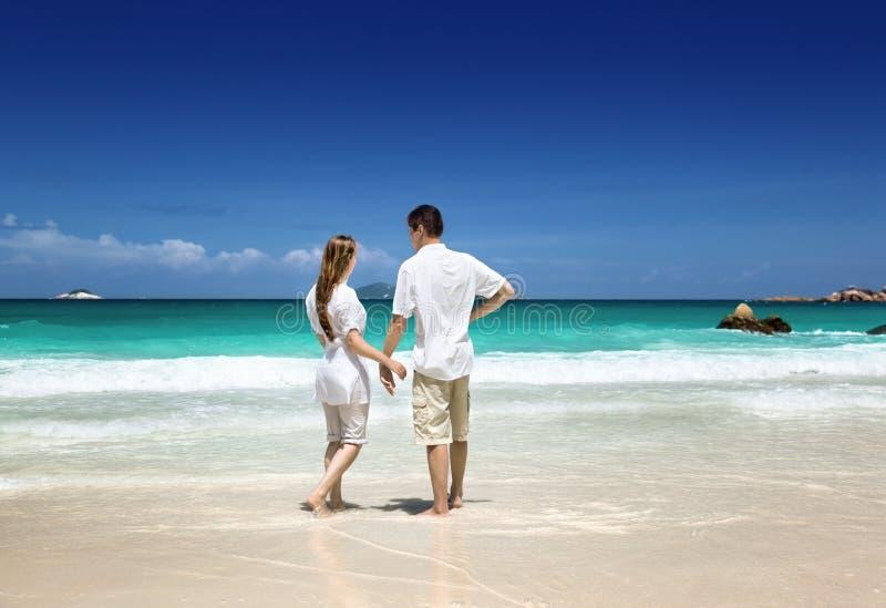 Romantiska par för man och för kvinna på stranden arkivbilder