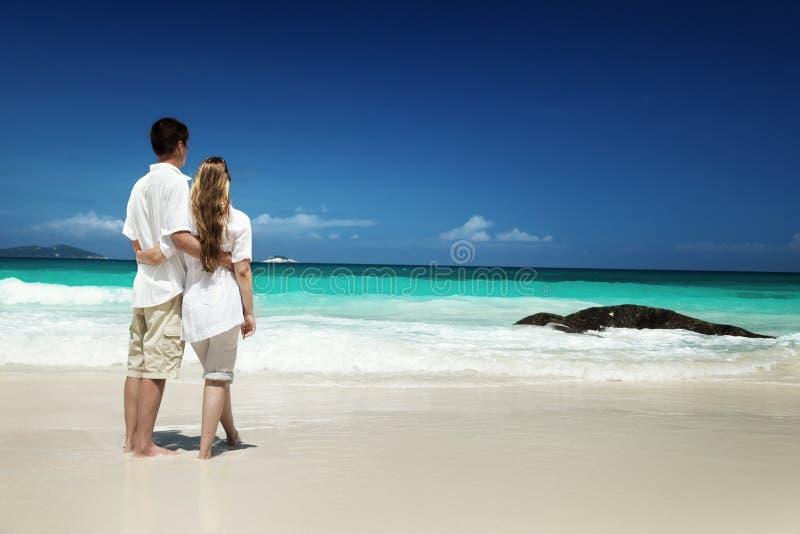 Romantiska par för man och för kvinna på tropiskt royaltyfri fotografi