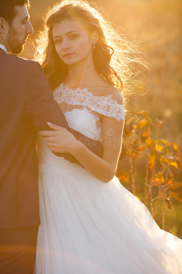 Romantiska par för saga av att krama för nygifta personer arkivbild