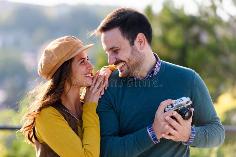 Romantiska par för ung härlig cheerfull som har rolig det fria arkivbild