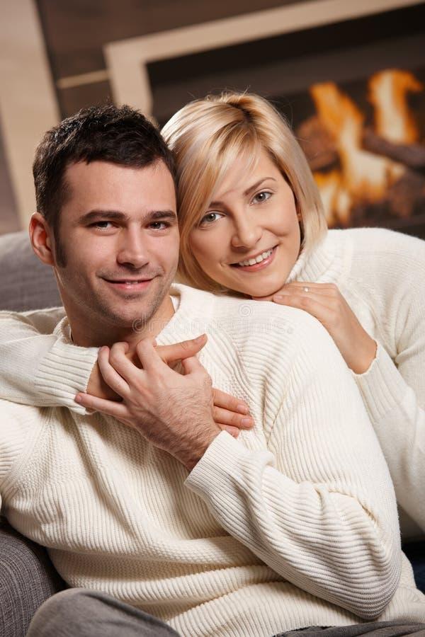 Romantiska par hemma fotografering för bildbyråer