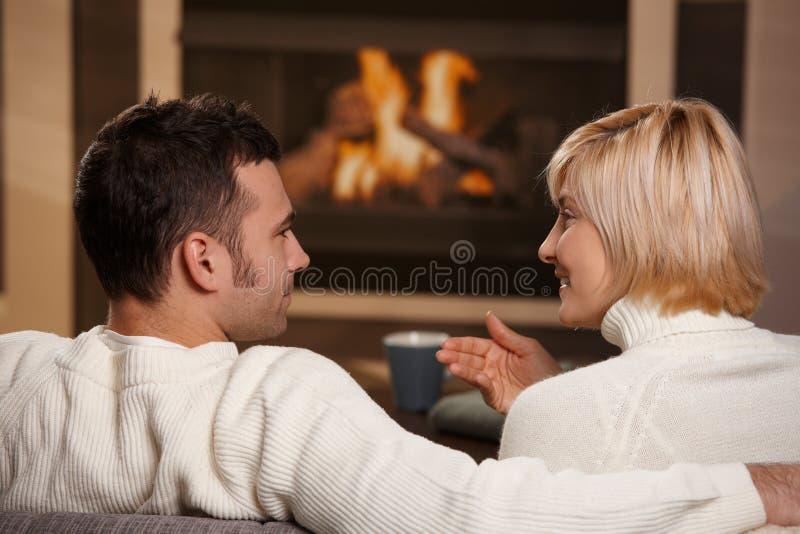 Romantiska par hemma arkivbild