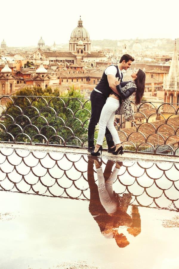 Romantiska par i den Rome staden, Italien älska förhållande Passion och förälskelse fotografering för bildbyråer