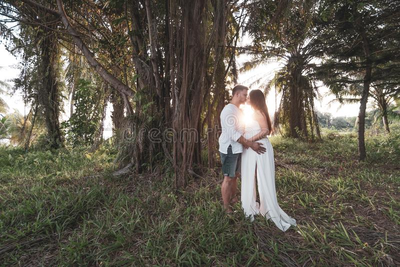 Romantiska par i trädgården royaltyfri foto