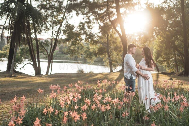 Romantiska par i trädgården royaltyfri fotografi
